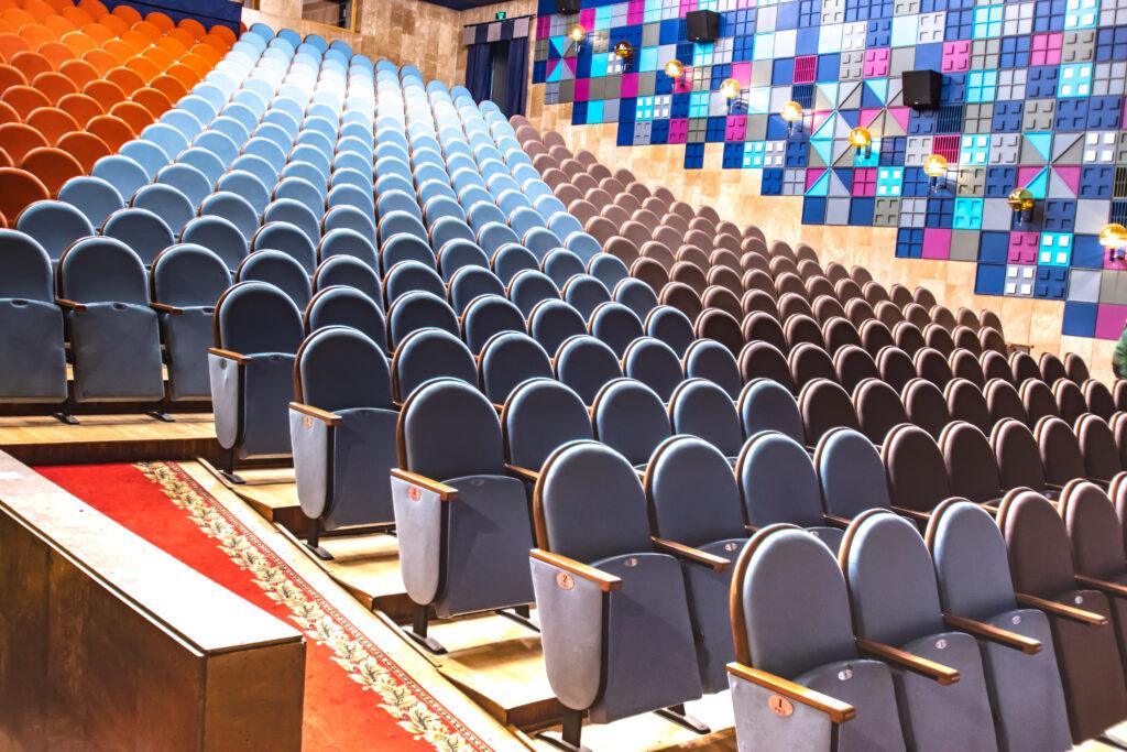 Різнокольорові крісла в Театрі юного глядача на Липках (Київ)