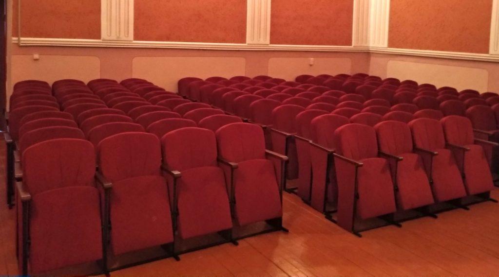 Школа в Тернопільській області отримала нові м'які крісла для актового залу