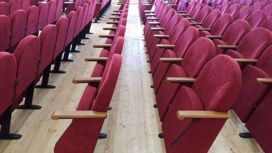 Нові театральні крісла в актовому залі Гімназії №1 м. Баку, Азербайджан