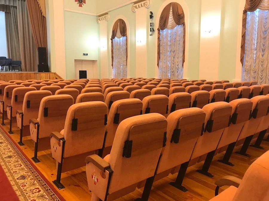 В актовій залі університету Черняховського встановлені крісла з пюпітрами