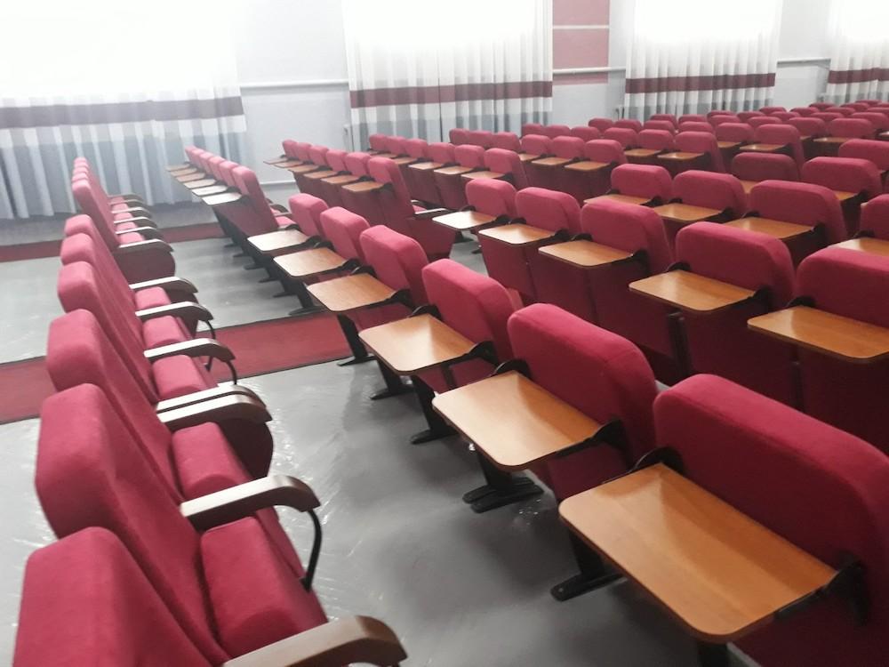 В актовій залі ЗІППО в Ужгороді нові крісла з конференц-столиками